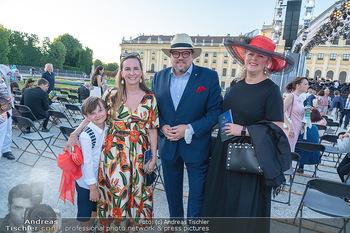 Sommernachtskonzert 2021 - Schönbrunn, Wien - Fr 18.06.2021 - Michael SCHADE mit Ehefrau Dee MCKEE, Maria GROßBAUER mit Sohn 23