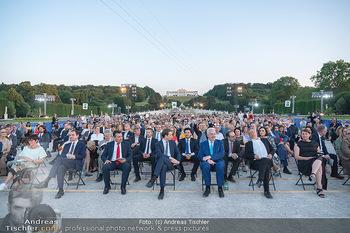Sommernachtskonzert 2021 - Schönbrunn, Wien - Fr 18.06.2021 - Überblick über Publikum, Regierung Richtung Gloriette70