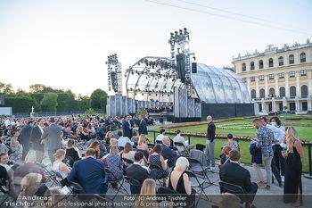 Sommernachtskonzert 2021 - Schönbrunn, Wien - Fr 18.06.2021 - Publikum, Bühne, coronakonformer Abstand Bestuhlung, vor Schlos73