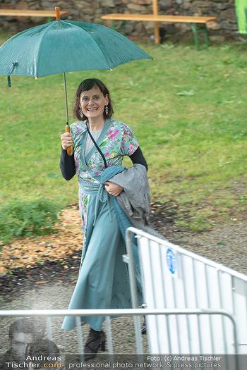 Sommernachtskomödie - Unwetter - Rosenburg, Niederösterreich - Do 24.06.2021 - Nina BLUM bei der Ankunft im strömenden Regen7