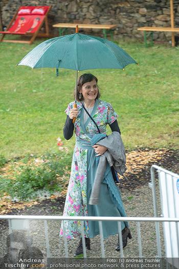 Sommernachtskomödie - Unwetter - Rosenburg, Niederösterreich - Do 24.06.2021 - Nina BLUM bei der Ankunft im strömenden Regen8