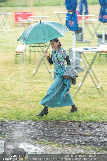 Sommernachtskomödie - Unwetter - Rosenburg, Niederösterreich - Do 24.06.2021 - Nina BLUM bei der Ankunft im strömenden Regen10