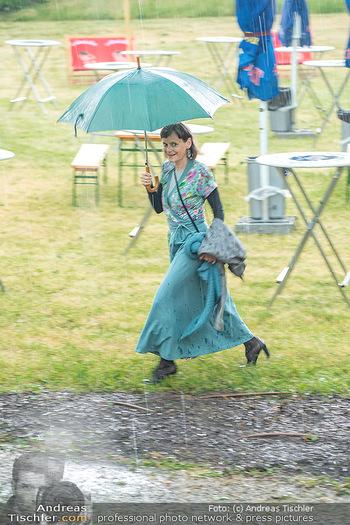 Sommernachtskomödie - Unwetter - Rosenburg, Niederösterreich - Do 24.06.2021 - Nina BLUM bei der Ankunft im strömenden Regen11