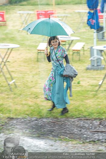 Sommernachtskomödie - Unwetter - Rosenburg, Niederösterreich - Do 24.06.2021 - Nina BLUM bei der Ankunft im strömenden Regen12