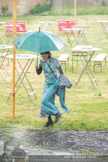 Sommernachtskomödie - Unwetter - Rosenburg, Niederösterreich - Do 24.06.2021 - Nina BLUM bei der Ankunft im strömenden Regen13