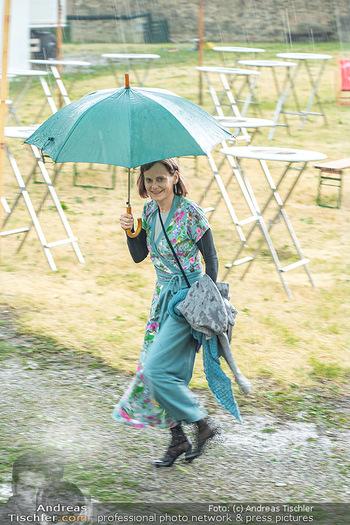 Sommernachtskomödie - Unwetter - Rosenburg, Niederösterreich - Do 24.06.2021 - Nina BLUM bei der Ankunft im strömenden Regen14