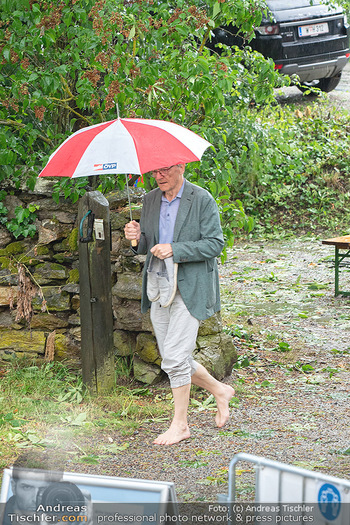 Sommernachtskomödie - Unwetter - Rosenburg, Niederösterreich - Do 24.06.2021 - Ankunft Wolfgang SCHÜSSEL ÖVP Regenschirm blossfüssig barfuß44