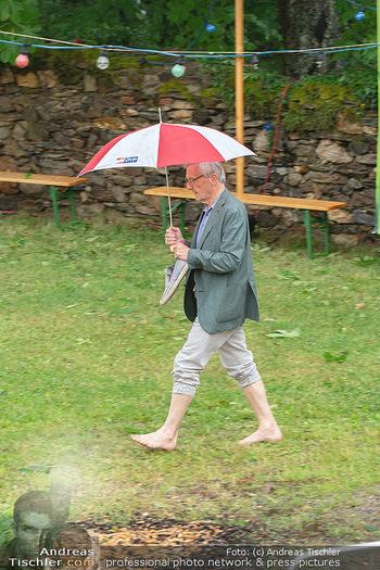 Sommernachtskomödie - Unwetter - Rosenburg, Niederösterreich - Do 24.06.2021 - Ankunft Wolfgang SCHÜSSEL ÖVP Regenschirm blossfüssig barfuß45