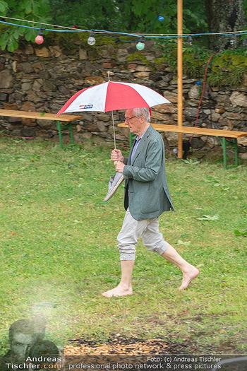 Sommernachtskomödie - Unwetter - Rosenburg, Niederösterreich - Do 24.06.2021 - Ankunft Wolfgang SCHÜSSEL ÖVP Regenschirm blossfüssig barfuß46