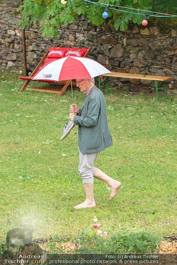 Sommernachtskomödie - Unwetter - Rosenburg, Niederösterreich - Do 24.06.2021 - Ankunft Wolfgang SCHÜSSEL ÖVP Regenschirm blossfüssig barfuß47