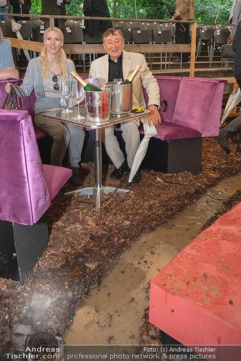 Sommernachtskomödie - Unwetter - Rosenburg, Niederösterreich - Do 24.06.2021 - Richard LUGNER mit Simone in der gefluteten VIP-Loge, Wasserkana57