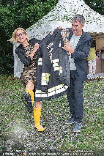 Sommernachtskomödie - Unwetter - Rosenburg, Niederösterreich - Do 24.06.2021 - Johanna MIKL-LEITNER mit gelben Gummistiefeln74
