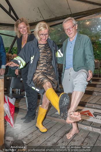 Sommernachtskomödie - Unwetter - Rosenburg, Niederösterreich - Do 24.06.2021 - Johanna MIKL-LEITNER mit Gummistiefeln, Wolfgang SCHÜSSEL barfu80