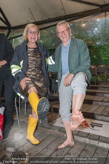 Sommernachtskomödie - Unwetter - Rosenburg, Niederösterreich - Do 24.06.2021 - Johanna MIKL-LEITNER mit Gummistiefeln, Wolfgang SCHÜSSEL barfu83
