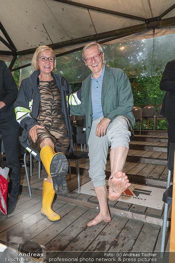Sommernachtskomödie - Unwetter - Rosenburg, Niederösterreich - Do 24.06.2021 - Johanna MIKL-LEITNER mit Gummistiefeln, Wolfgang SCHÜSSEL barfu85