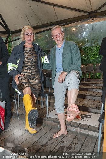 Sommernachtskomödie - Unwetter - Rosenburg, Niederösterreich - Do 24.06.2021 - Johanna MIKL-LEITNER mit Gummistiefeln, Wolfgang SCHÜSSEL barfu86