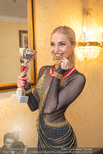 Silvia Schneider ist Tanz-Staatsmeisterin - Hotel InterContinental - Sa 26.06.2021 - Silvia SCHNEIDER mit Pokal und Medaille Platz 121
