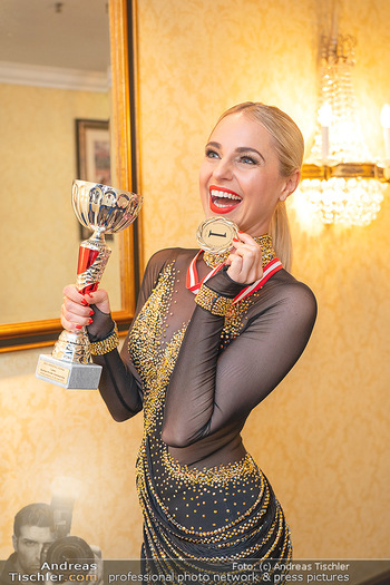 Silvia Schneider ist Tanz-Staatsmeisterin - Hotel InterContinental - Sa 26.06.2021 - Silvia SCHNEIDER mit Pokal und Medaille Platz 122