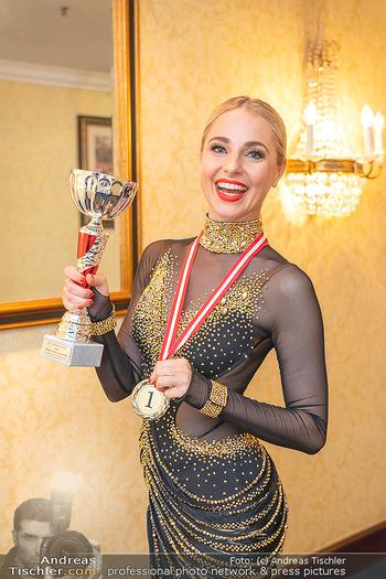 Silvia Schneider ist Tanz-Staatsmeisterin - Hotel InterContinental - Sa 26.06.2021 - Silvia SCHNEIDER mit Pokal und Medaille Platz 123