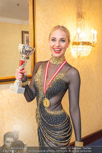 Silvia Schneider ist Tanz-Staatsmeisterin - Hotel InterContinental - Sa 26.06.2021 - Silvia SCHNEIDER mit Pokal und Medaille Platz 124