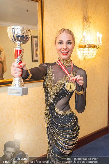 Silvia Schneider ist Tanz-Staatsmeisterin - Hotel InterContinental - Sa 26.06.2021 - Silvia SCHNEIDER mit Pokal und Medaille Platz 125