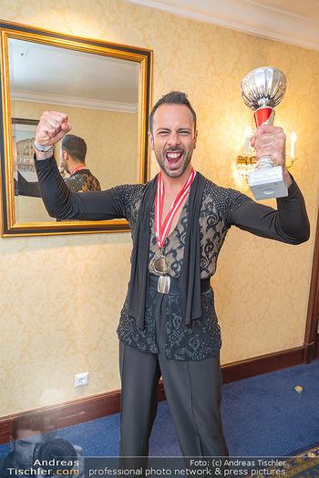 Silvia Schneider ist Tanz-Staatsmeisterin - Hotel InterContinental - Sa 26.06.2021 - Danilo CAMPISI mit Pokal und Medaille Platz 127