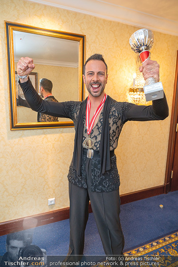 Silvia Schneider ist Tanz-Staatsmeisterin - Hotel InterContinental - Sa 26.06.2021 - Danilo CAMPISI mit Pokal und Medaille Platz 128