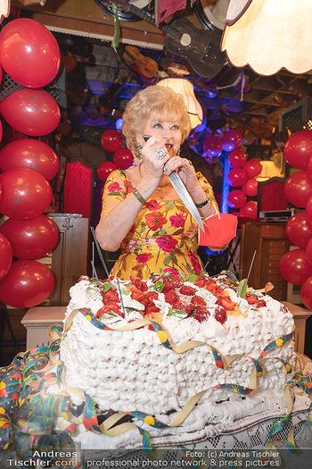 Geburtstag Birgit Sarata - Marchfelderhof - Mo 28.06.2021 - Birgit SARATA mit ihrer Geburtstagstorte62
