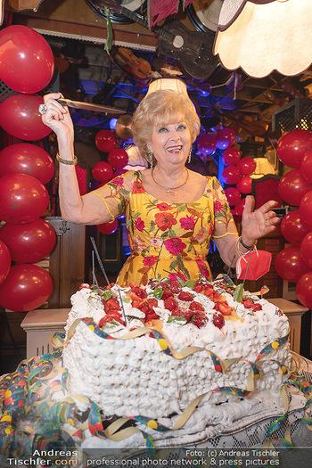 Geburtstag Birgit Sarata - Marchfelderhof - Mo 28.06.2021 - Birgit SARATA mit ihrer Geburtstagstorte63
