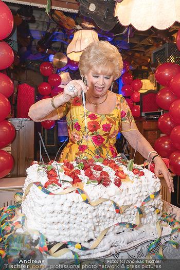 Geburtstag Birgit Sarata - Marchfelderhof - Mo 28.06.2021 - Birgit SARATA mit ihrer Geburtstagstorte64