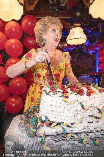 Geburtstag Birgit Sarata - Marchfelderhof - Mo 28.06.2021 - Birgit SARATA mit ihrer Geburtstagstorte66