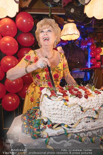 Geburtstag Birgit Sarata - Marchfelderhof - Mo 28.06.2021 - Birgit SARATA mit ihrer Geburtstagstorte67