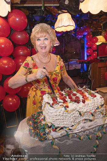 Geburtstag Birgit Sarata - Marchfelderhof - Mo 28.06.2021 - Birgit SARATA mit ihrer Geburtstagstorte68