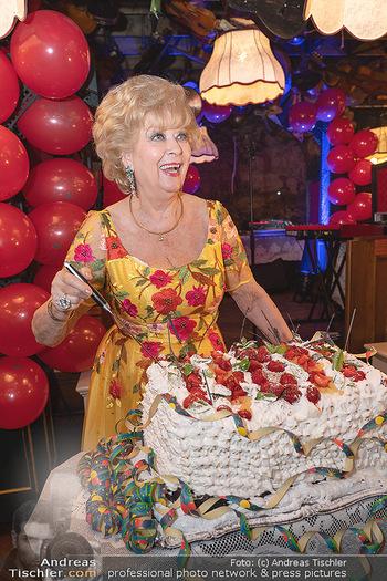 Geburtstag Birgit Sarata - Marchfelderhof - Mo 28.06.2021 - Birgit SARATA mit ihrer Geburtstagstorte69