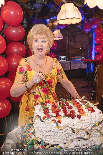 Geburtstag Birgit Sarata - Marchfelderhof - Mo 28.06.2021 - Birgit SARATA mit ihrer Geburtstagstorte70