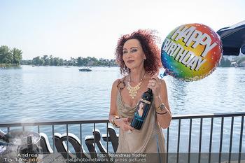Christina Lunger Geburtstag - Strandcafe alte Donau, Wien - Di 29.06.2021 - Christina LUGNER mit ihrem Wein2