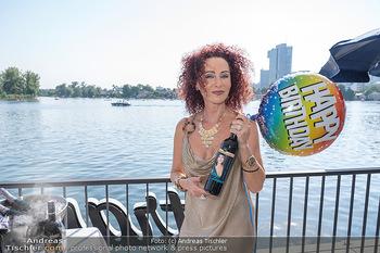 Christina Lunger Geburtstag - Strandcafe alte Donau, Wien - Di 29.06.2021 - Christina LUGNER mit ihrem Wein11