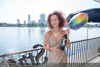 Christina Lunger Geburtstag - Strandcafe alte Donau, Wien - Di 29.06.2021 - Christina LUGNER mit ihrem Wein12