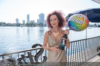 Christina Lunger Geburtstag - Strandcafe alte Donau, Wien - Di 29.06.2021 - Christina LUGNER mit ihrem Wein13