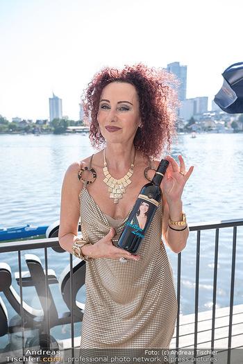 Christina Lunger Geburtstag - Strandcafe alte Donau, Wien - Di 29.06.2021 - Christina LUGNER mit ihrem Wein14