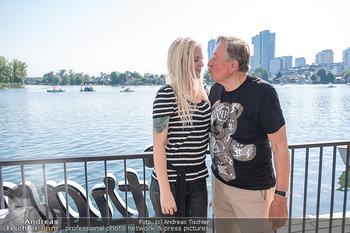 Christina Lunger Geburtstag - Strandcafe alte Donau, Wien - Di 29.06.2021 - Richard LUGNER mit Freundin Simone (Kussfoto)20
