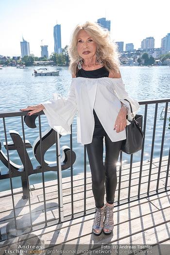 Christina Lunger Geburtstag - Strandcafe alte Donau, Wien - Di 29.06.2021 - Jeanine SCHILLER (hat stark abgenommen während Corona, dünn)30