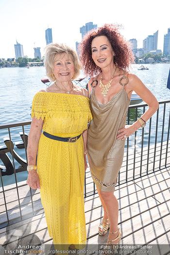 Christina Lunger Geburtstag - Strandcafe alte Donau, Wien - Di 29.06.2021 - Christina LUGNER mit Mutter Martha HAIDINGER42