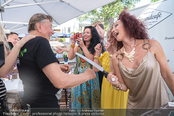 Christina Lunger Geburtstag - Strandcafe alte Donau, Wien - Di 29.06.2021 - Christina LUGNER mit Messer, Richard LUGNER62
