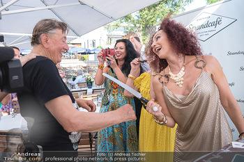 Christina Lunger Geburtstag - Strandcafe alte Donau, Wien - Di 29.06.2021 - Christina LUGNER mit Messer, Richard LUGNER63