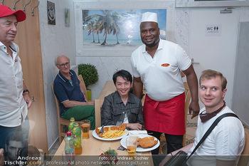 Vom Kolporteur zum Schnitzelwirt - Wiener Schnitzel Plaza - Di 06.07.2021 - Nhut LA HONG bekommt ein Schnitzel serviert3