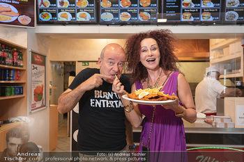 Vom Kolporteur zum Schnitzelwirt - Wiener Schnitzel Plaza - Di 06.07.2021 - Christina LUGNER, Andy LEE LANG9