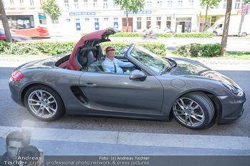 Vom Kolporteur zum Schnitzelwirt - Wiener Schnitzel Plaza - Di 06.07.2021 - Richard LUGNER im Porsche Cabrio14