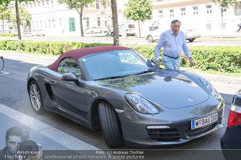 Vom Kolporteur zum Schnitzelwirt - Wiener Schnitzel Plaza - Di 06.07.2021 - Richard LUGNER im Porsche Cabrio15