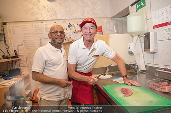 Vom Kolporteur zum Schnitzelwirt - Wiener Schnitzel Plaza - Di 06.07.2021 - Herr MAHBUB, Heribert KAPSER klopfen das 1-millionste Schnitzel18